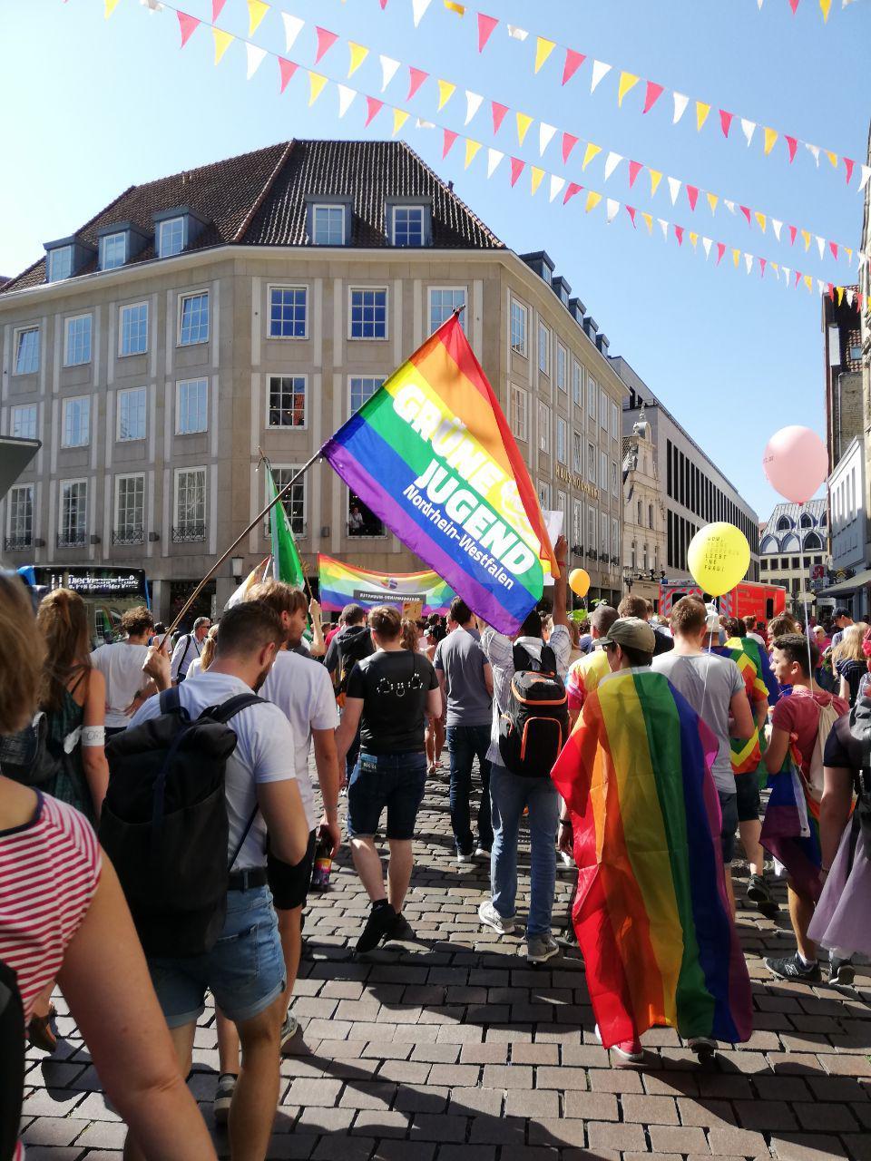 Menschen demonstrieren beim Christopher Street Day